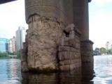У Києві на опорі моста Патона посипалася облицювання
