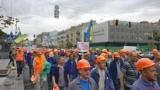 У центрі Києва тисячі протестувальників крокують до Кабміну