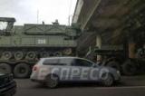 У Києві перед шляхопроводом застряг тягач з військовою технікою